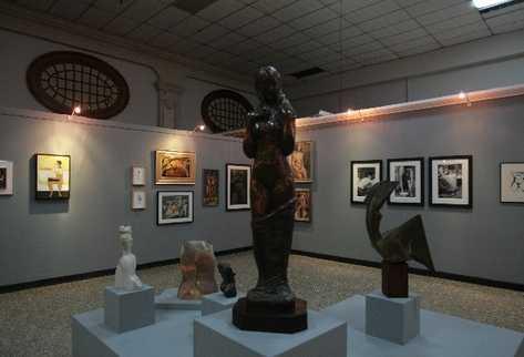 Vista panorámica de la sala Sexualidad y género, donde se exhiben obras de diversas épocas.
