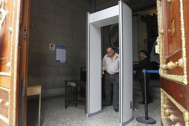 Aunque en Guatecompras no se detalla el costo, cada arco se compró por Q15 mil 500, según Dávila. (Foto Prensa Libre: Paulo Raquec)