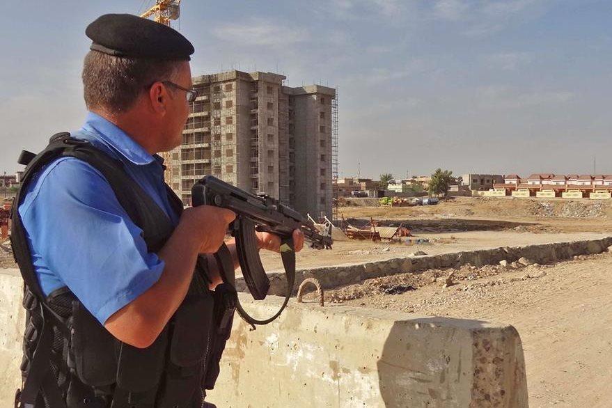 Un intengrante de la Policía iraquí participa en el operativo montado tras la incursión yihadista en Kirkuk. (Foto Prensa Libre: APF).