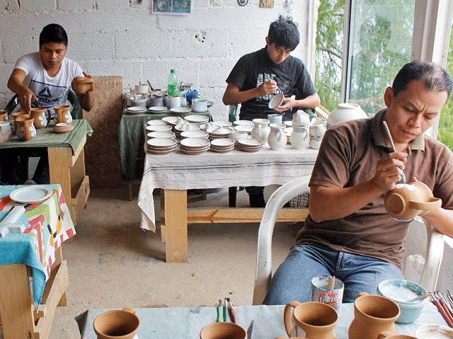 El viaje a los distintos sitios turísticos ofrece una visita a pequeños talleres de pobladores, que plasman su creatividad en artículos de barro.