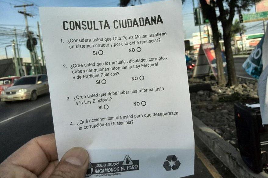 La boleta de la encuesta tiene cuatro preguntas que los automovilistas responden. (Foto Prensa Libre: E. Paredes)