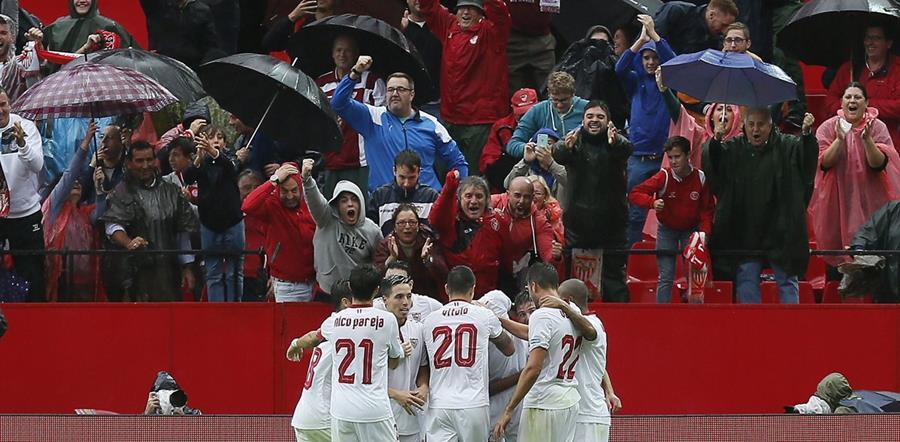 La afición del Sánchez Pizjuán vivió a una fiesta con el gol de N'Zonzi. (Foto Prensa Libre: AFP)