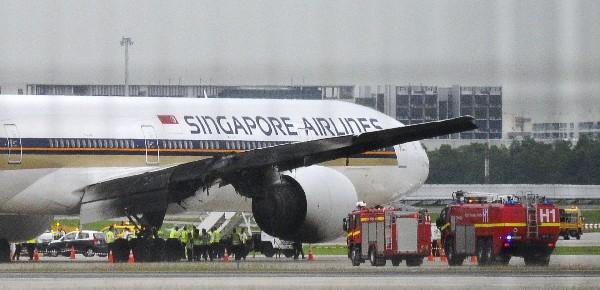 Un avión tuvo que realizar un aterrizaje de emergencia y que causó un incendio.(EFE).