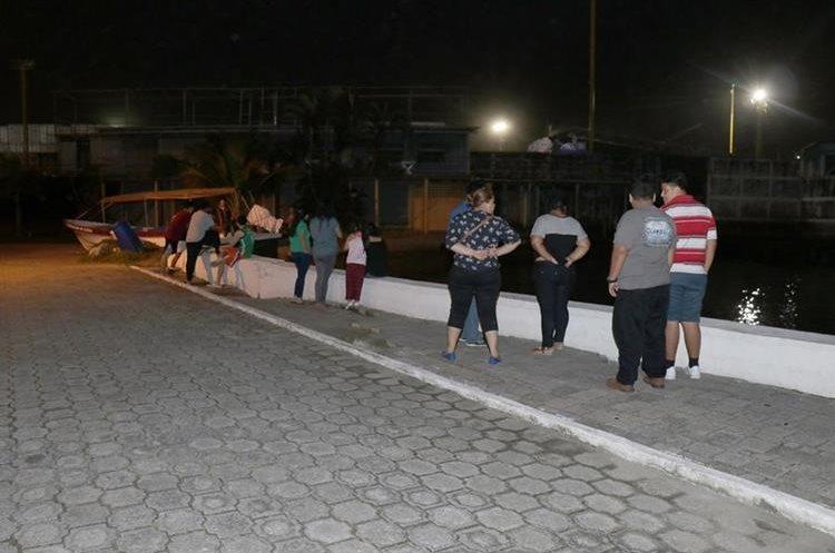 Varias personas se acercaron a observar el retroceso del mar en el área del malecón de Puerto Barrios, Izabal. (Foto Prensa Libre: Dony Stewart)