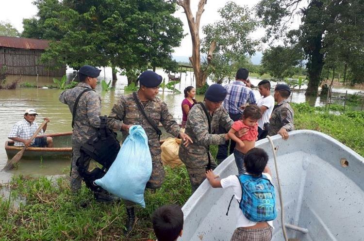 Familias tuvieron que ser rescatadas luego de que sus viviendas fueron anegadas. (Foto Prensa Libre: Dony Stewart)