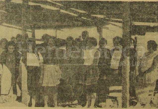 Inquilinos observan los daños del incendio de enero de 1969. (Foto: Hemeroteca PL)