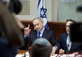Benjamín Netanyahu,(centro) primer ministro israelí preside la reunión del gabinete.(AFP).
