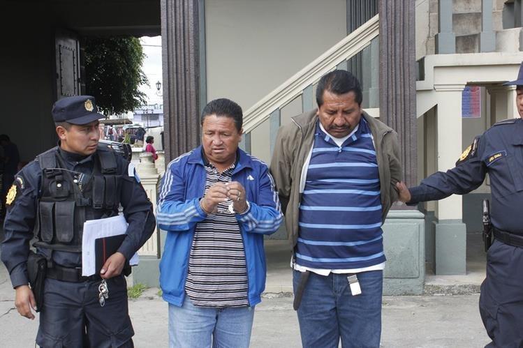 Los capturados son trasladados a la Comisaría 73 de la PNC en Chimaltenango. (Foto Prensa Libre: Víctor Chamalé)