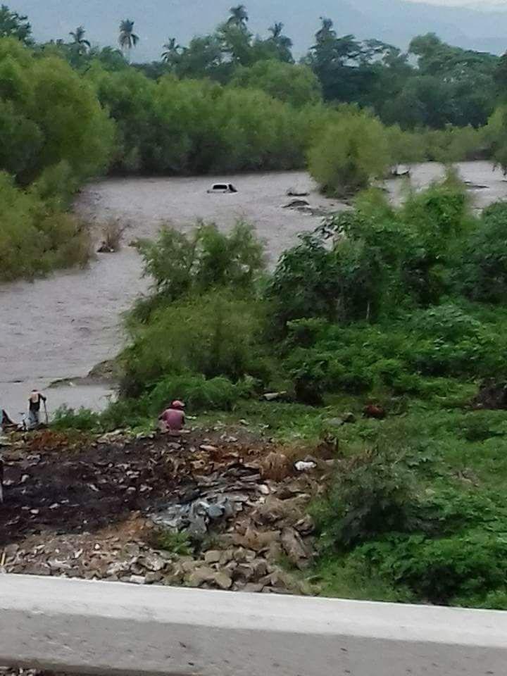 El picop quedó atrapado toda la noche, el viernes fue sacado del afluente. (Foto Prensa Libre: Mario Morales)
