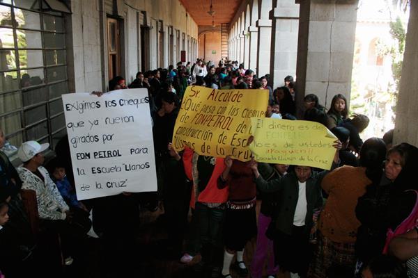 Estudiantes, padres  de familia y maestros protestan para exigen que se culmine la construcción de seis aulas de la escuela Llanos de la Cruz, zona 7 de Xelajú. (Foto Prensa Libre: Carlos Ventura)