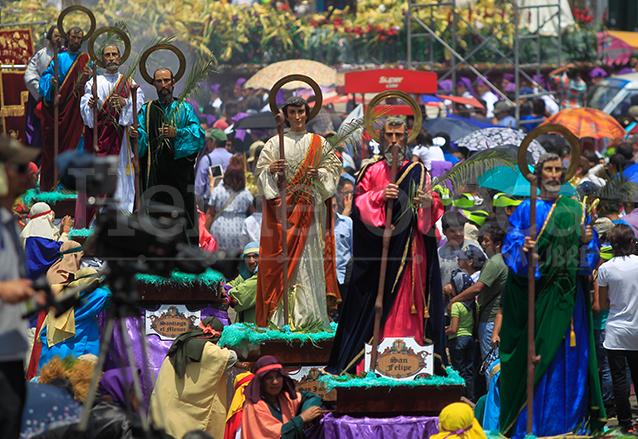 Imagenes de los doce apóstoles que acompañan a Jesús de las Palmas el domingo de ramos. (Foto: Hemeroteca PL)