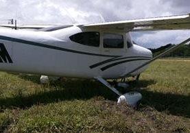 La avioneta derrapa y se sale de la pista de aterrizaje de Sayaxché. (Foto Prensa Libre: Rigoberto Escobar)