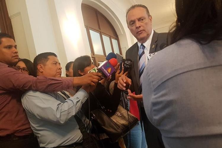 El ministro de Salud, Carlos Soto, indica que aplicar el modelo no es viable. (Foto Prensa Libre: Carlos Álvarez)