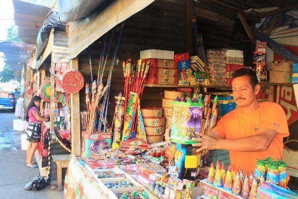 Un vendedor de pólvora ordena   su venta.