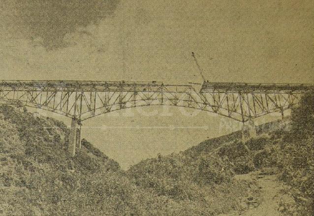 Vista de la construcción del puente en la década de 1950. (Foto: Hemeroteca PL)