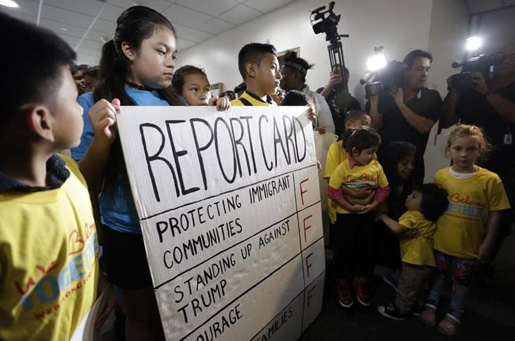 Niños y Jóvenes muestran su desaprobación simbólicamente a las redadas implementadas por Trump. (Foto Prensa Libre: AP)