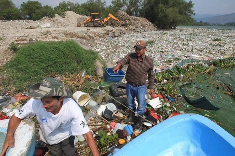 Basura y desperdicios fueron arrastrados al lago de Amatitlán. (Foto Prensa Libre: Esbín García)