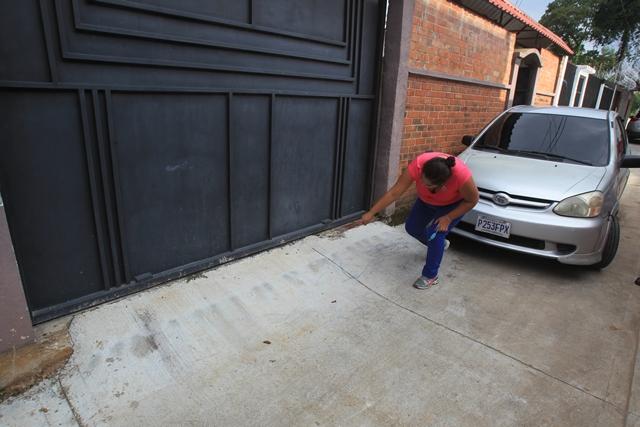 La vecina Merci Torres, de la casa 21-24, es otra de las afectadas. (Foto Prensa Libre: Esbin García)