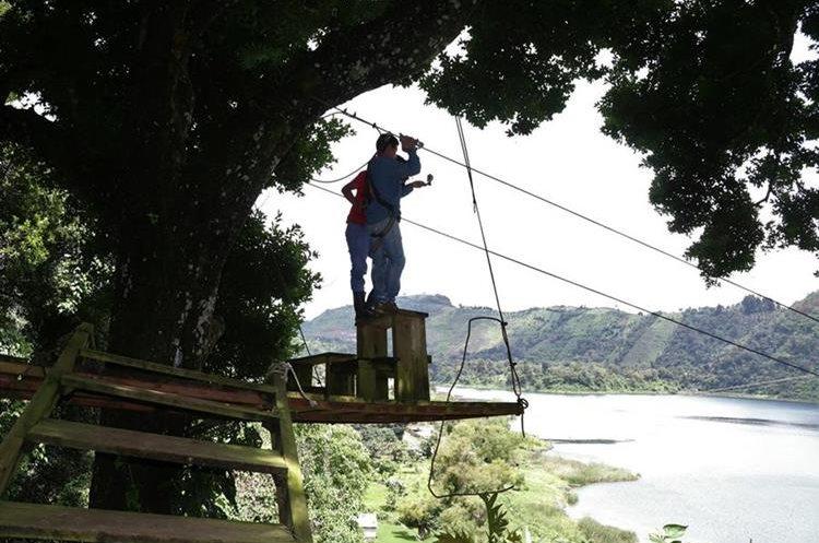 La tirolina es una de las actividades que se pueden realizar en el Parque Nacional y Laguna Calderas, en Escuintla. (Foto Prensa Libre: Enrique Paredes)