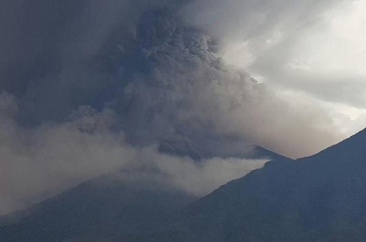 Desde Alotenango, Sacatepéquez, se observa la actividad del Volcán de Fuego y se sienten retumbos. (Foto Prensa Libre: Julio Sicán)