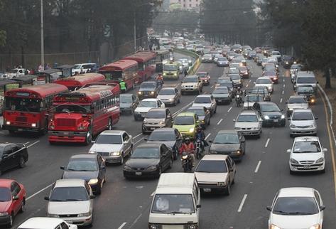 Tome en cuenta que comienza las clases y debe salir con 15 minutos de anticipación para evitar llegar a tiempo a su destino (Foto Prensa Libre: Hemeroteca PL)