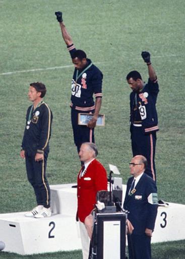 Esta imagen es de los Juegos Olímpicos de México en 1968 muestra a los atletas Tommie Smith y John Carlos levantando el puño en un símbolo del poder afroamericano. Eran tiempos en donde se vivían oscuros momentos de segregación racial. Los deportistas reivindicaban así su derecho a la igualdad.