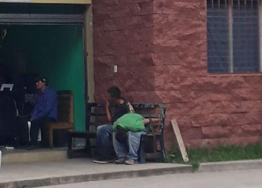 Los presuntos delincuentes fueron capturados y trasladados a la estación policial. (Foto Prensa Libre: Mario Morales)
