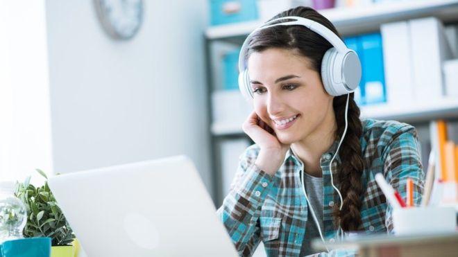 Mucha gente dice que escuchar música les permite trabajar mejor. (Foto, Thinkstock)