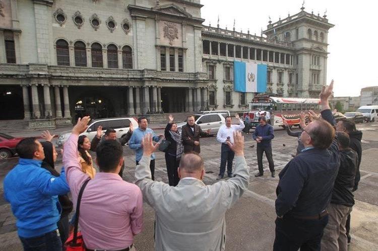 Guatemaltecos reunidos en el Parque Central realizan oración por el país. (Foto Prensa Libre: Érick Ávila)