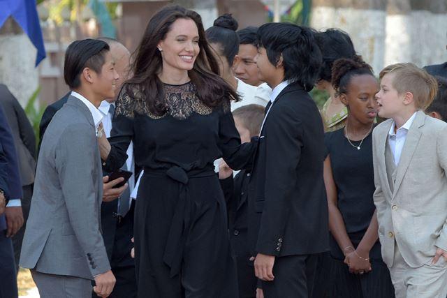 La actriz junto a algunos de sus hijos, en la presentación del filme. (Foto Prensa Libre: AFP).