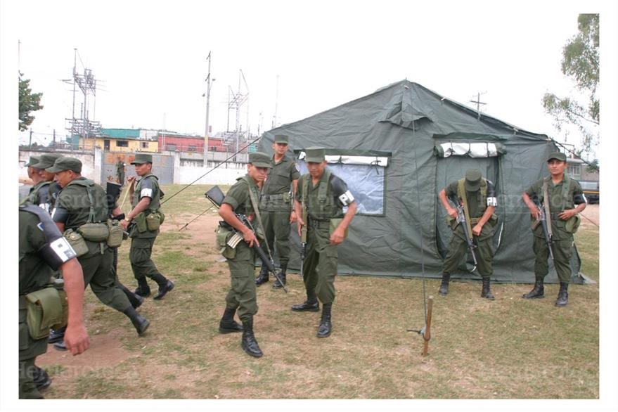 Destacamento militar en el Barrio Colombia, zona 18. 7/12/2005. (Foto: Hemeroteca PL)
