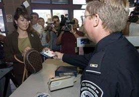 Activistas acusan agentes de aduanas de negar la entrada de solicitantes de asilo. (AP).