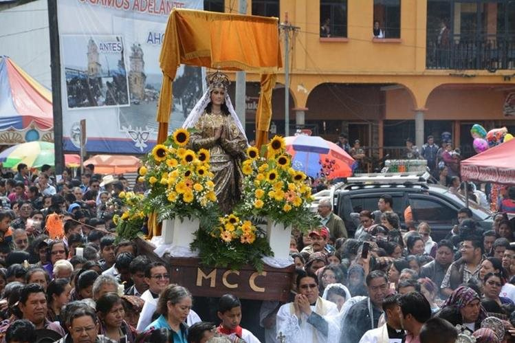 Sololatecos católicos llevan en hombros la procesión con la Virgen de la Asunción. (Foto Prensa Libre: Édgar René Sáenz)