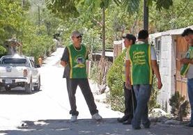 Empleados municipales permanecen en la entrada a El callejón, Guastatoya, donde comienza la ruta alterna, para cobrar peaje. (Foto Prensa Libre: Héctor Contreras)