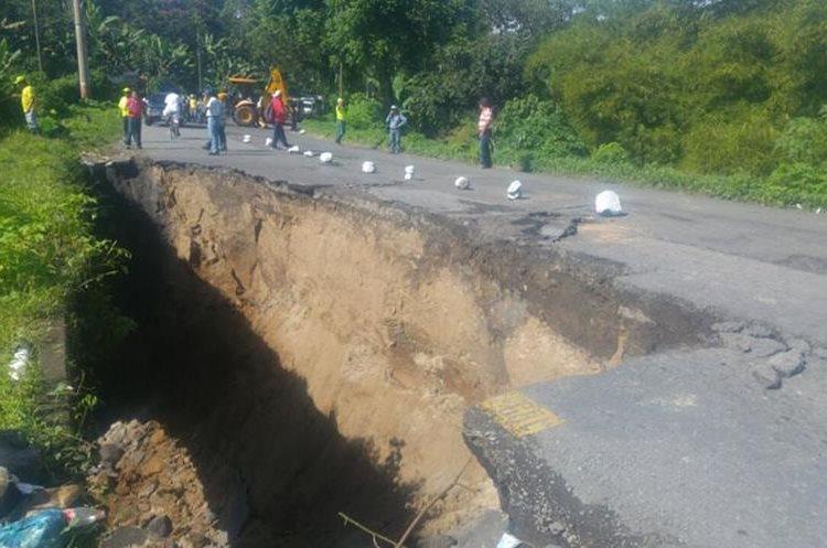 Por el km 188 de la ruta de Retalhuleu a Quetzaltenango solo está permitido el paso peatonal. (Foto Prensa Libre: Rolando Miranda)