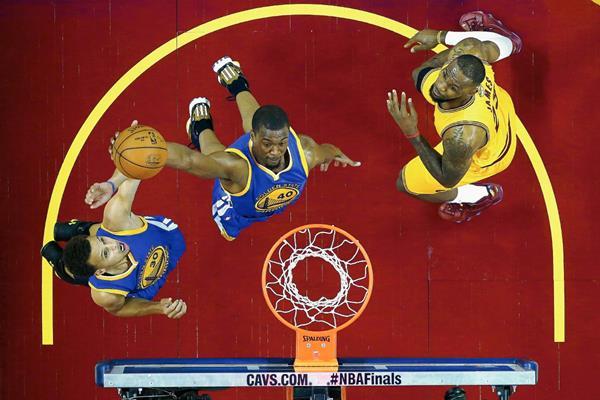 El jugador de Warriors Harrison Barnes (c) se dirige a la cesta, durante el cuarto partido de la Serie Final de la NBA entre Warriors y Cavaliers.