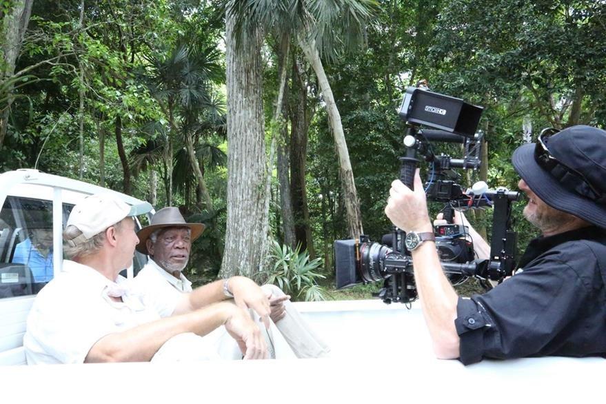 El rodaje de la serie documental comenzó el día de la llegada de Freeman a Petén. (Foto Prensa Libre: Cortesía Rosendo Morales)