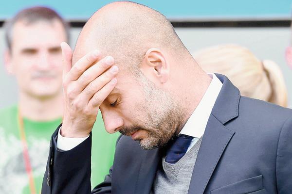 Pep Guardiola es cuestionado en Alemania por los últimos malos resultados. (Foto Prensa Libre: EFE)