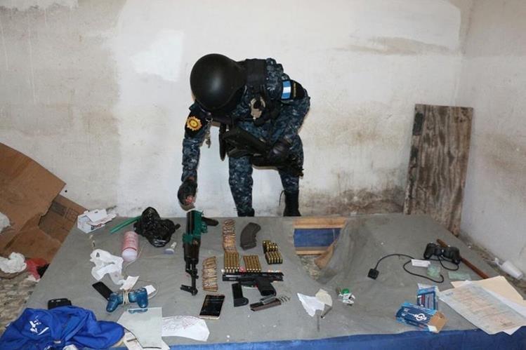 Armas y celulares fueron encontrados en la vivienda allanada este jueves en la zona 6 capitalina. (Foto Prensa Libre: Érick Ávila)