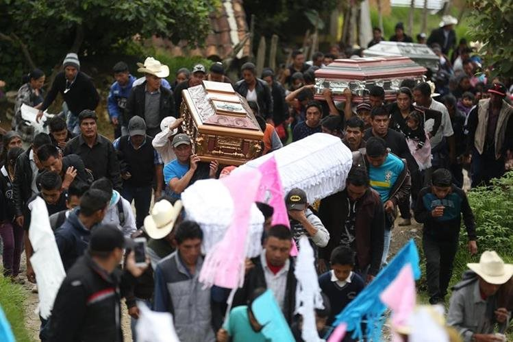 Vecinos asisten al funeral de las víctimas de un alud que causó 11 muertos. (Foto Prensa Libre: EFE)