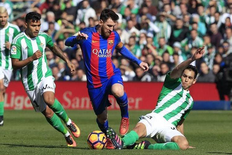 El arbitraje español está en problemas por un gol legitimo anulado al Barcelona. (Foto Prensa Libre: AFP)