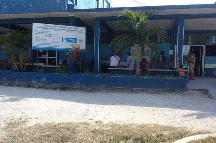 Hospital de Melchor de Mencos a donde fueron trasladados dos de los heridos. (Foto Prensa Libre: Rigoberto Escobar).
