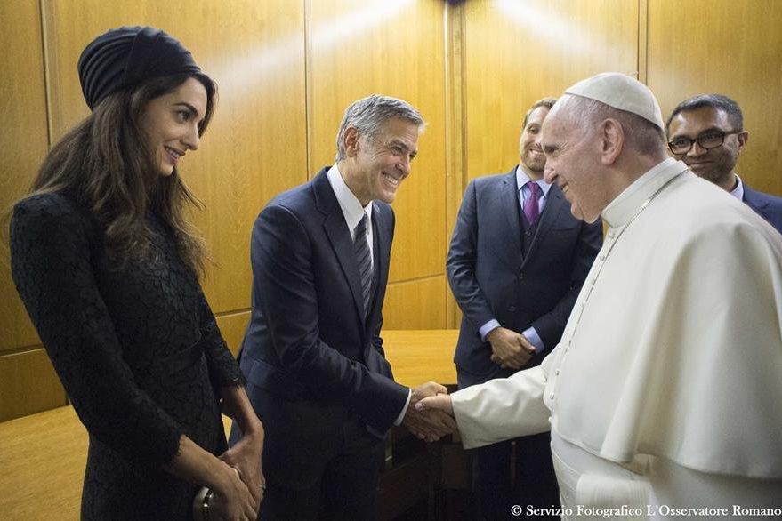 El Santo Padre, el actor  George Clooney y la esposa de este durante la actividad de Scholas Occurrentes.