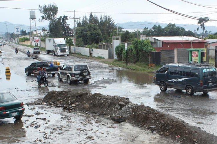 Vista del mal estado en el que se encuentra el km 52.5, entre El Tejar y la cabecera de Chimaltenango. (Foto Prensa Libre: Víctor Chamalé)