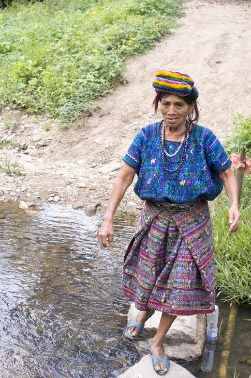 El entrenamiento de doña Nicolasa consiste en caminar largas distancias en San Miguel Chicaj, donde ofrece alimentos que prepara. (Foto Prensa Libre: Hemeroteca PL)