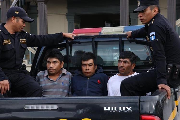 Los detenidos son dos hermanos y un primo, se presume que participaron en un linchamiento, en El Sitio, Patzún, Chimaltenango. (Foto Prensa Libre: Víctor Chamalé)
