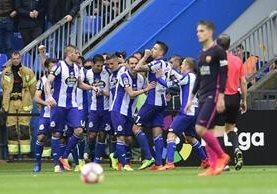 Joselu festeja con su compañeros luego de la primera anotación de La Coruña frente al Barcelona. (Foto Prensa Libre: AFP)