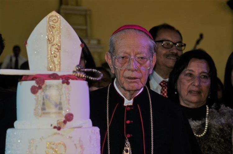 Pellecer comparte el pastel alusivo a su aniversario de ordenación episcopal.(Foto Prensa Libre: Julio Sicán)