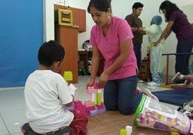 Niños reciben fisioterapia de rehabilitación en la Clínica del Niño Sano. (Foto Prensa Libre: Roni Pocón)