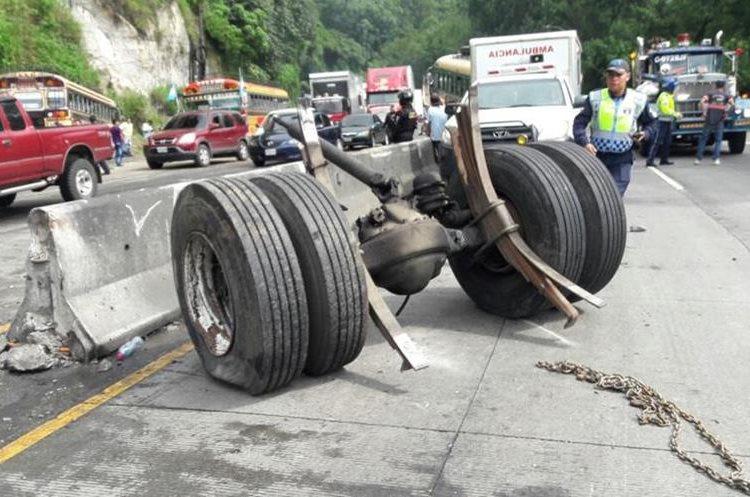 El tren trasero se desprendió del bus que causó la colisión múltiple en la bajada de la Villalobos. (Foto Prensa Libre: PMT de Villa Nueva).